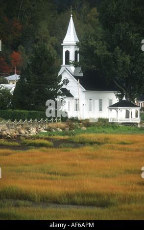 Tipico Colore di autunno autunno scena in Quebec con il bianco clapperboard steeple chiesa Immagini Stock