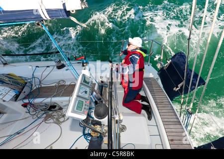 Il capitano lo sterzo di un oceano andando yacht in gara su instabili onde dell'oceano. Immagini Stock