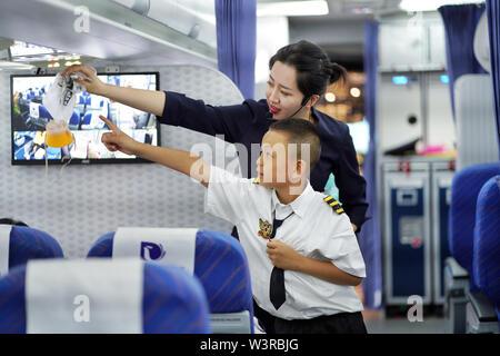 (190717) -- KUNMING, luglio 17, 2019 (Xinhua) -- uno studente impara a usare un'emergenza mascherina di ossigeno durante un aviation-tema summer camp per la scuola elementare e media gli studenti di Kunming, a sud-ovest della Cina di Provincia di Yunnan, 17 luglio 2019. (Xinhua/Qin Qing) Immagini Stock