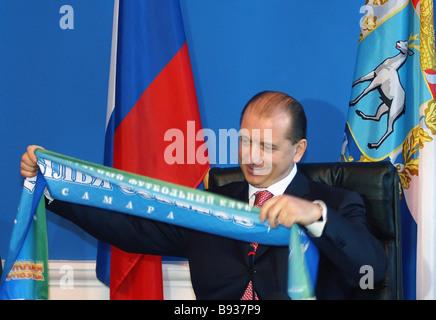Samara governatore regionale Vladimir Artyakov con il Krylya Sovietov club di calcio sciarpa Immagini Stock