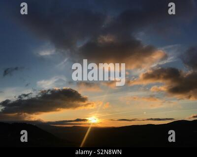Sunrise in Grazalema, Sierra de Grazalema, Cadice provincia, Andalusia, Spagna Immagini Stock