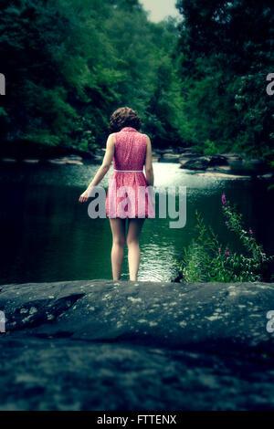 Donna in abito corto al lago Immagini Stock