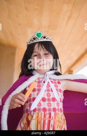 Giovane ragazza vestita come una regina Immagini Stock