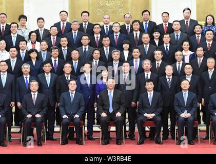 (190717) -- PECHINO, luglio 17, 2019 (Xinhua) -- Il presidente cinese Xi Jinping (C, fila anteriore), anche segretario generale del Partito Comunista della Cina (CPC) Comitato Centrale e Presidente della Commissione militare centrale, risponde con il cinese inviati diplomatici di paesi stranieri che sono a Pechino per partecipare a una conferenza di lavoro per oltremare inviati presso la Grande Sala del Popolo di Pechino, capitale della Cina, 17 luglio 2019. Wang Huning, membro del comitato permanente dell'ufficio politico del partito comunista Comitato centrale e da un membro del segretariato della CPC Comitato Centrale, era anche pres Immagini Stock