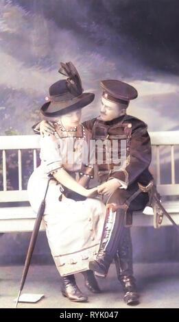 Ussari di Germania, coppie di innamorati in Germania, 1913, Meißen, Husaren im Garten der Schütze Immagini Stock