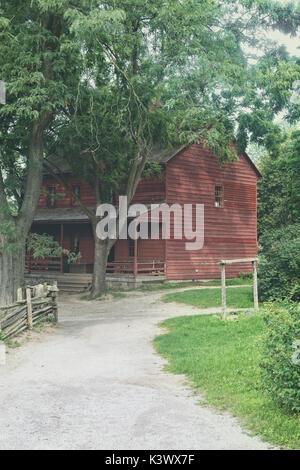 In legno antico cottage rosso in America del Nord Immagini Stock