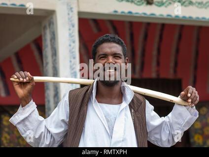 Ritratto di una tribù Beja uomo con un bastone di legno, rosso lo stato del Mare, Porto Sudan Sudan Immagini Stock