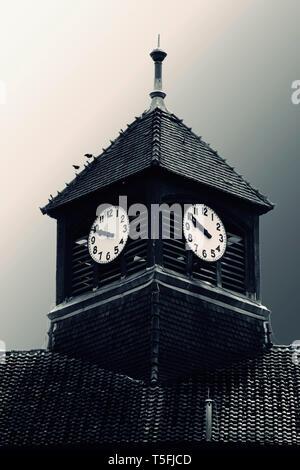 La fotografia surreale della torre di una chiesa nel buio. Immagini Stock