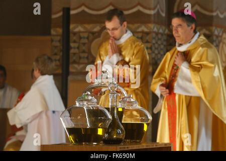 Santa Messa del Crisma nella Sainte Geneviève la cattedrale di Nanterre, Hauts-de-Seine, Francia, Europa Immagini Stock