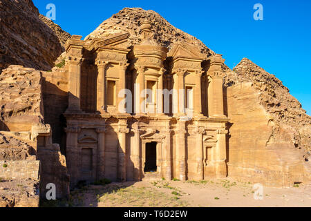 Giordania, Ma'an Governatorato, Petra. UNESCO - Sito Patrimonio dell'umanità. Ad-Deir, il monastero intagliato nella roccia arenaria faccia. Immagini Stock
