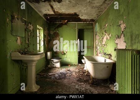 Vista interna del bagno di colore verde in un castello abbandonato in Francia. Immagini Stock