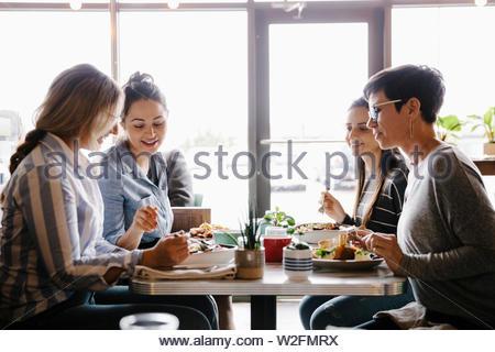 Le donne gli amici a pranzo nel cafe Immagini Stock