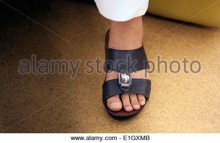 Uomini sandali, che vengono indossati con un Kaftan, un rivestimento tradizionale Immagini Stock