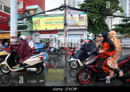 Scooters su strada di Saigon in forti piogge monsoniche, Ho Chi Minh City, Vietnam, Indocina, Asia sud-orientale, Asia Immagini Stock
