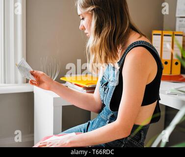 Femmina giovane studente universitario che studia con le schede flash Immagini Stock