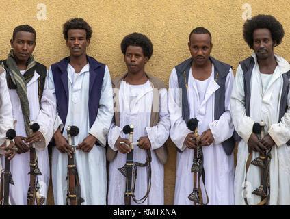 Beja tribù guerrieri con le loro spade, rosso lo stato del Mare, Porto Sudan Sudan Immagini Stock