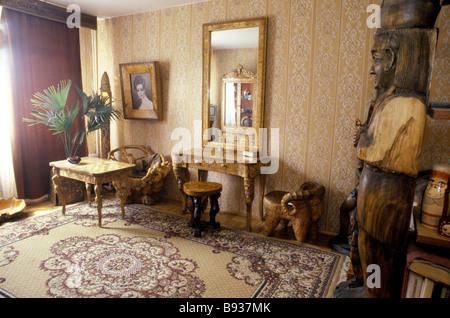 Artista russo intagliatore di legno Mikhail Ryzhukhinsky realizzati tutti i mobili nel suo appartamento di Mosca Immagini Stock