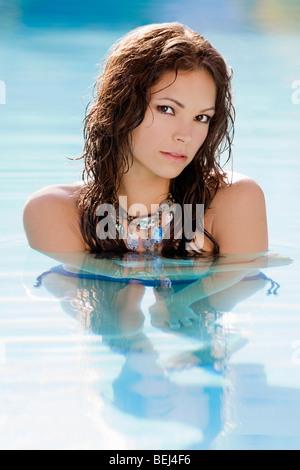 Ritratto di una giovane donna in una piscina Immagini Stock