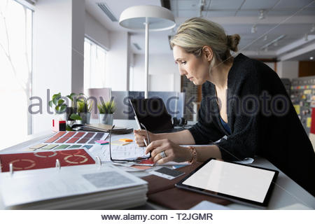 Femmina di interior designer che lavora in ufficio Immagini Stock