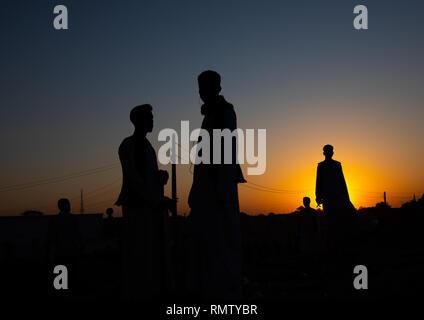Silhouette persone in piedi contro il cielo durante il tramonto, Stato di Kassala, Kassala, Sudan Immagini Stock