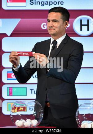 Kuala Lumpur, Malesia. 17 Luglio, 2019. Tim Cahill dall Australia presenta il sorteggio scivolare durante la cerimonia di disegno per il secondo round della Coppa del Mondo FIFA in Qatar 2022 Asian qualificatori di Kuala Lumpur in Malesia, il 17 luglio 2019. Credito: Chong Voon Chung/Xinhua/Alamy Live News Immagini Stock