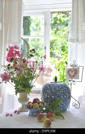 Mazzo di fiori brocca e mele Immagini Stock