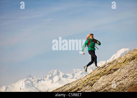 Un pareggiatore in esecuzione su montagne rocciose. Immagini Stock