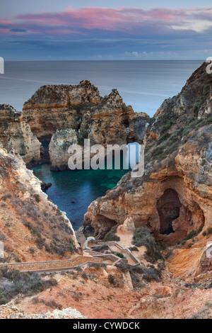 Ponta da Piedade mare pile e archi catturato all'alba, Portogallo. Immagini Stock
