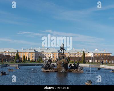 Il Petergof o Peterhof, noto come Petrodvorets dal 1944 al 1997 e Fontana di Nettuno a Maggio 12, 2018 a San Pietroburgo, Russia Immagini Stock