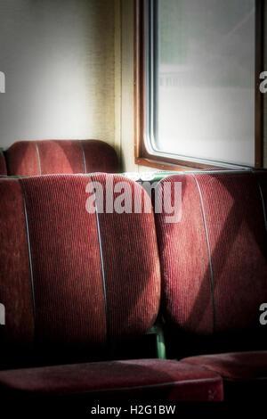 I posti vuoti nella vecchia retrò carrozza ferroviaria. Trasporto vintage. Immagini Stock