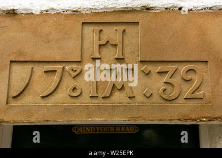 Regno Unito, Cumbria, York, Caultey, Cross Keys, Temperanza Inn, 1732 data sulla parte anteriore architrave della porta Immagini Stock