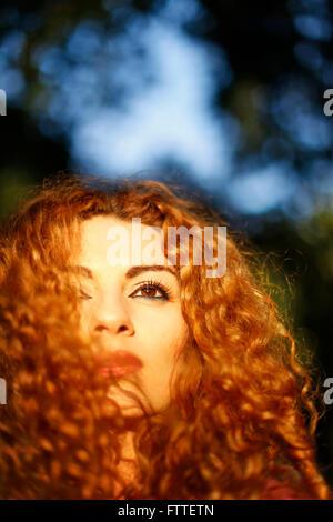 Ricci closeup donna in ora d'oro Immagini Stock