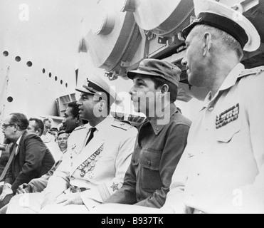 Raul Castro Ministro del cubano forze armate seconda a destra a bordo di Grozny missile cruiser durante le navi Immagini Stock
