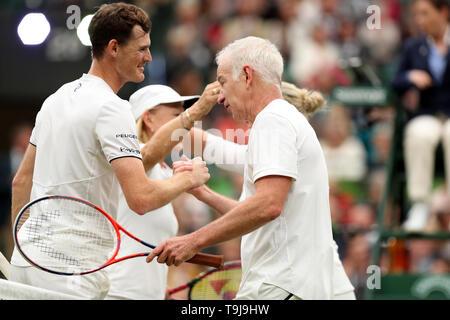 Londra, Regno Unito. Il 19 maggio 2019. Wimbledon Tennis Giocatori Day; John McEnroe (USA) scuote le mani con Jamie Murray (GBR) a corrisponde alla fine credito: Azione Plus immagini di sport/Alamy Live News Immagini Stock