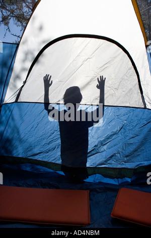 Ombra di un giovane ragazzo dietro una tenda Immagini Stock