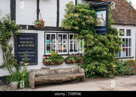 Il Toro e Butcher pub di campagna nel villaggio di Turville in Chilterns. Buckinghamshire, Inghilterra Immagini Stock