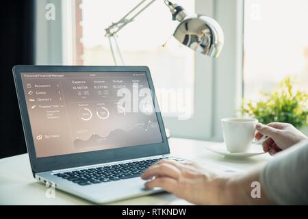 Uomo alla scrivania facendo analisi finanziaria.grafico sullo schermo del computer portatile creata nel software di grafica. Immagini Stock