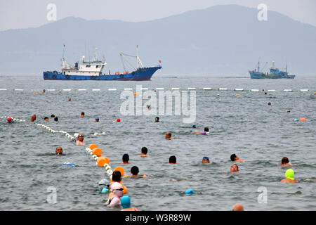 Qingdao, Cina Shandong. 17 Luglio, 2019. Lavoratori a bordo di navi di cancellare le alghe a Qingdao, Cina orientale della provincia di Shandong, 17 luglio 2019. Credito: Li Ziheng/Xinhua/Alamy Live News Immagini Stock