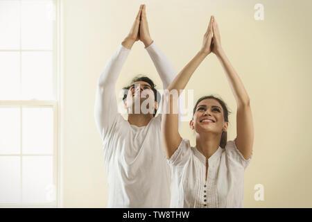 Coppia giovane fare yoga Immagini Stock