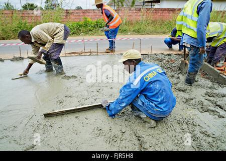 Lavoratori che fanno una nuova strada a Lusaka, capitale dello Zambia. Immagini Stock