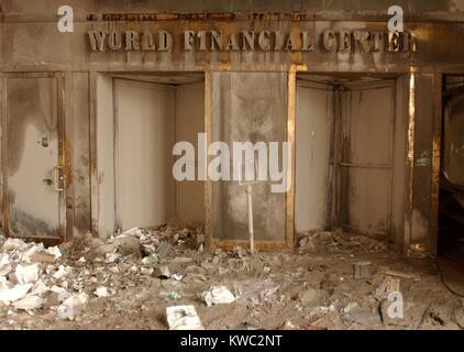 Centro Finanziario Mondiale porta tappezzate in cenere e fuliggine dopo il crollo delle Torri Gemelle. Sett. 14, Immagini Stock