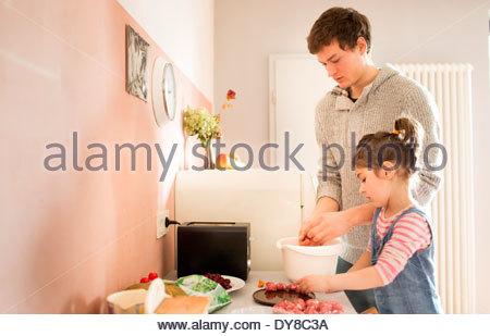 Giovane padre la cottura di cibi sani con il suo bambino Immagini Stock