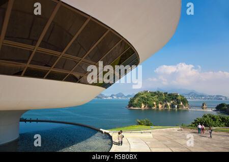 Il Brasile, Rio de Janeiro, Niteroi, arte moderna museo progettato da arcitect Oscar Niemeyer Immagini Stock