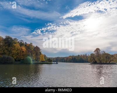 Il fogliame di autunno con acqua riflessione paesaggio naturale Immagini Stock