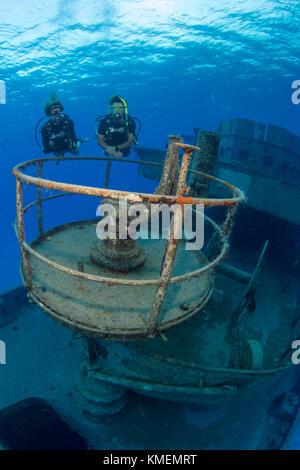 I subacquei esplorare il relitto della uss kittiwake Immagini Stock