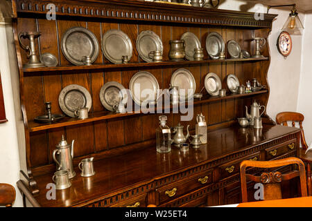 Regno Unito, Cumbria, York, Caultey, Cross Keys, 1732 Temperanza Inn interno, sala da pranzo, peltro piastre sul comò Immagini Stock