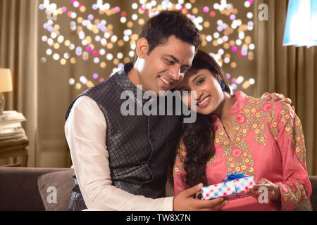 Il marito dando Diwali dono a sua moglie il Diwali celebrazioni Immagini Stock