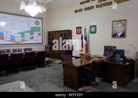 Una riproduzione fedele di Akhmat Kadyrov office (ex capo della Repubblica cecena) con il ritratto di Putin che egli avrebbe dovuto avere appeso nel suo ufficio visualizzato a Akhmat Kadyrov museum prepotentemente un santuario di Akhmat e Ramzan Kadyrov a Grozny la capitale della Cecenia nel Nord Caucaso Distretto federale della Russia. Immagini Stock