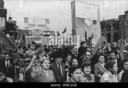 Giorno di maggio celebrazione è Mosca, 1960. Manifestazione comunista di rappresentanti del popolo di lavoro Immagini Stock