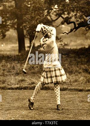DIANA FISHWICK (1912-1998) campione inglese ladies golfista a Stoke Park corso vicino a Stoke Poges nel 1927 Immagini Stock